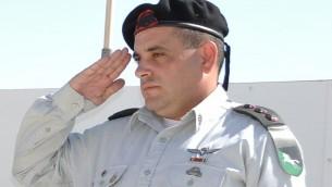 Le colonel Guy Hasson fait le salut durant une cérémonie le 23 août 2012. (Crédit : David Horesh/Wikimedia/CC BY-SA 3.0)