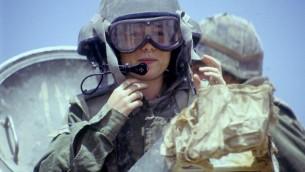Une instructrice du Corps mécanisé aux commandes d'un véhicule de type M-113, le 21 avril1993. (Crédit : Michael Chai/BeMahane/Archives de Tsahal)