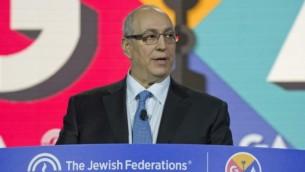 Chemi Peres, fils de l'ancien président israélien Shimon Peres, a pris la parole lors de l'Assemblée générale annielle des Fédérations juives d'Amérique du nord, le 15 novembre 2016. (Crédit : Ron Sachs)