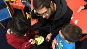 Yacob Yanai, un Israélien vivant à Berlin, bénévole auprès des enfants au foyer pour réfugiés de Spandau, le 13 novembre 2016. (Courtesy)