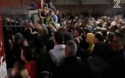 Une image fixe extraite d'un reportage du 15 avril 2016 diffusée sur la deuxième chaîne au carrefour de  Qalandiya, qui a mis en exergue les difficultés rencontrées par les travailleurs palestiniens lors du passage en Israël depuis la Cisjordanie.