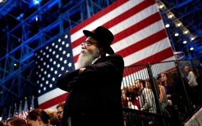 Un Juif regarde les résultats de l'éction lors d'un événement organisé en faveur de la candidate démocrate et ancienne secrétaire d'état Hillary Clinton au  Jacob K. Javits Convention Center de New York, le 8 novembre 2016.  (Win McNamee/Getty Images/AFP)