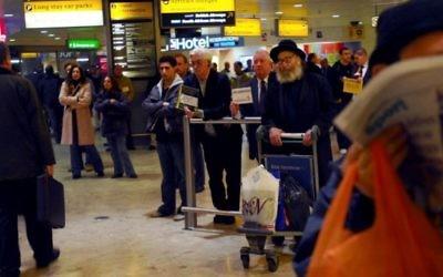 Le hall d'arrivée à l'aéroport d'Heathrow de Londres en févier 2007.   (Crédit : Gili Yaari/Flash90.)