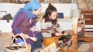 Les visiteurs peuvent apprendre le tressage de panier, observer le travail et acheter des produits faits à la main à  BeHefetz Kapea. (Crédit : Shmuel Bar-Am)