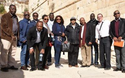Un groupe de 11 diplomates venus de sept pays africains ont visité l'Arche de Robinson, avec Zeev Orenstein (2e à droite) du parc archéologique de la Cité de David, qui a mené la visite dans la Vieille Ville de Jérusalem le 28 novembre 2016. (Crédit : Michel Rozili/Cité de David)