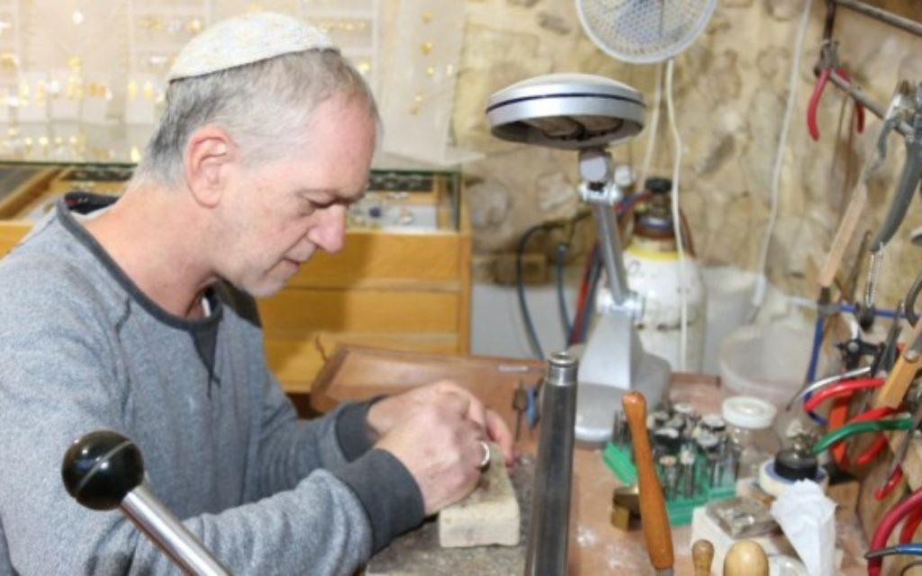 L'artiste d'Ein Kerem Tzadok Yehuda crée ses joialleries uniques, en or et en argent à Ein Kerem. (Crédit : Shmuel Bar-Am)