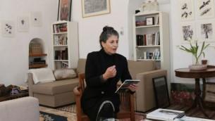 Ruth Tzfati dans son domicile d'Ein Kerem. (Crédit : Shmuel Bar-Am)