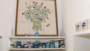 Ruth Havilio vend ses carreaux à Ein Kerem. Elle a étudié la peinture et le travail de la porcelaine en Israël et à l'étranger.  (Crédit : Shmuel Bar-Am)