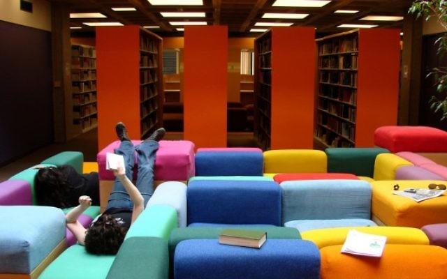 Une bibliothèque de l' Oberlin College en 2007. (Crédit : CC BY Istolethetv, Flickr)