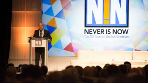 Jonathan Greenblatt, président de l'ADL (Anti-Defamation League), lors du discours d'ouverture du sommet de la Ligue sur l'antisémitisme. (Crédit : Anti-Defamation League)