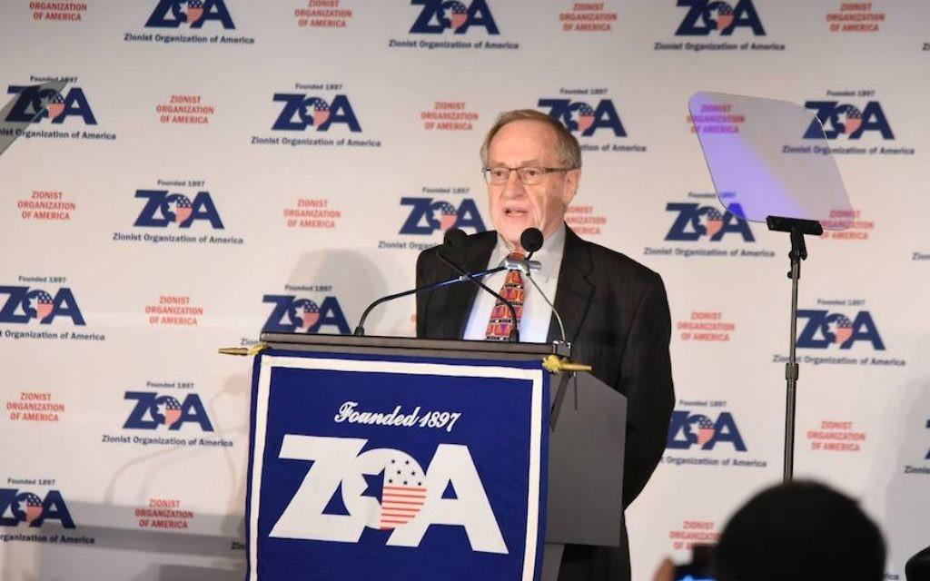 Alan Dershowitz prenant la parole lors du dîner de l'Union Sioniste de l'Amérique à  New York City, le 20 novembre  2016. (Crédit : ZOA/Facebook)
