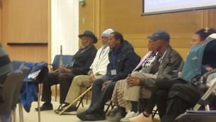 Des Israéliens éthiopiens à la Knesset, le 29 novembre, pressent le gouvernement de permettre à leurs proches d'immigrer en Israël (Crédit : Marissa Newman/Times of Israel)