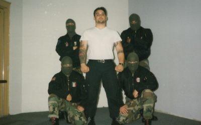 Christian Picciolini et son groupe Final Solutio, le visage masqué, au début des années  1990. (Crédit)