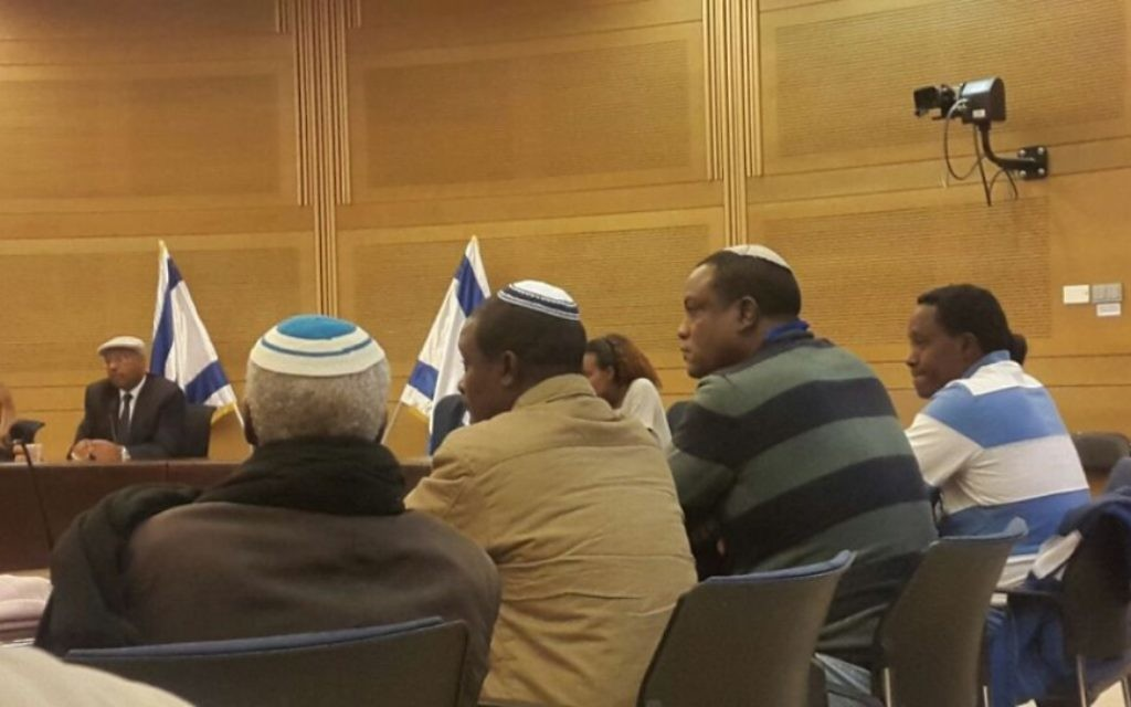Les Israéliens éthiopiens en appellent au gouvernement pour permettre à leurs proches d'immigrer en Israël à la Knesset, le 29 novembre 2016.  Yahallem Tadessa est le deuxième en partant de la droite (Crédit :  Marissa Newman/Times of Israel)