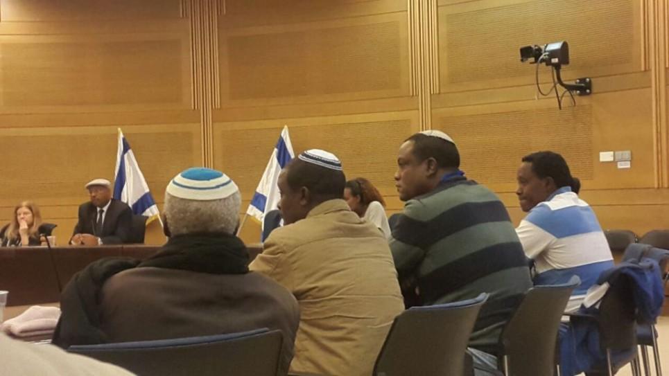 A la Knesset les Israéliens éthiopiens en appellent au gouvernement pour permettre à leurs proches d'immigrer en Israël, le 29 novembre 2016. Yahallem Tadessa est le deuxième en partant de la droite (Crédit : Marissa Newman/Times of Israel)