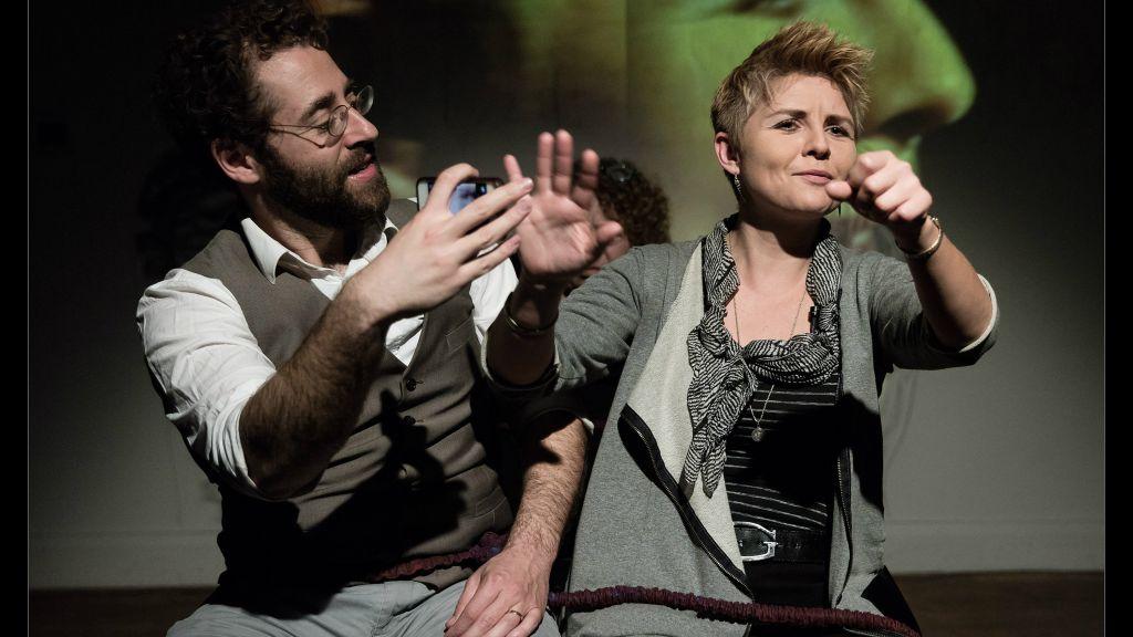 Michael Rubenfeld et Katka Reszke sur scène dans 'We Keep Coming Back' (Crédit : Jeremy Mimnagh)