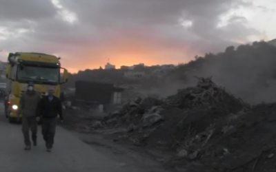 L'Administration Civile confisque du bois et des outils dans des usines de charbon situées à proximité de la ville cisjordanienne de Jénine, le 17 novembre 2016.  (Crédit : Service de communication du COGAT )