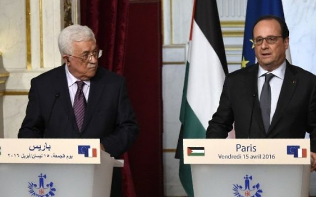 Le président de l'Autorité palestinienne Mahmoud Abbas, à gauche, et le président français François Hollande, au cours d'une conférence de presse après leur rencontre au Palais de l'Elysée à Paris, le 15 avril 2016. (Crédit :  Dominique Faget/AFP)