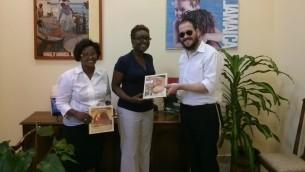 Le Rabbin Yaakov Raskin distribue de la Matsa Chmoura  pour Pâques aux résidents locaux jamaïcains. (Courtesy)