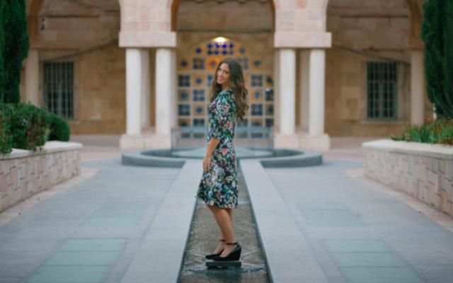 La créatrice autodidacte Daniella Farin idans l'une de ses propres robes. Mais c'est son turban violet qui sera mis en vedette aux Golden Globes en janvier  2017 (Crédit :  Daniella Farin)