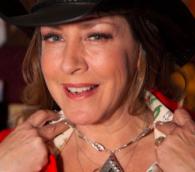 L'actrice  Joely Fisher portant des bijoux de l' Artisan Group, trouvés dans le sac promotionnel de la cérémonie 2016 des  Golden Globes (Crédit : The Artisan Group)
