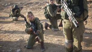 Les soldats du Bataillon  Bardales  s'entraînent à la guérilla urbaine au petit matin,  à Nitzanim, dans la région d'Arava au sud d'Israël le 13 juillet 2016.  (Crédit : Hadas Parush/Flash90)