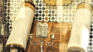 Un vieux rouleau de Torah exposé au Musée Juif de Marrakech. (Crédit: Michal Shmulovich)