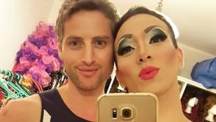 Lior Yisraelov, à droite, prenant un selfie avec son partenaire, Yuval Shimron, dans leur appartement de Tel Aviv, le 25 octobre 2016. (Crédit : Yisraelov)