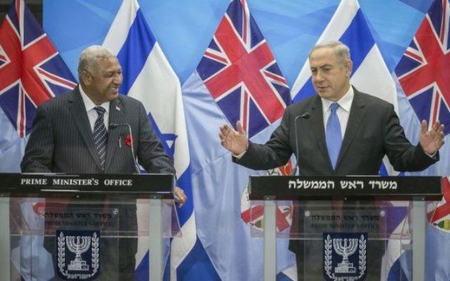 Le Premier ministre Benjamin Netanyahu aux côtés du Premier ministre fidjien  Josaia Voreqe Bainimarama à Jérusalem, le 7 novembre  2016. (Crédit : Ohad Zwigenberg)