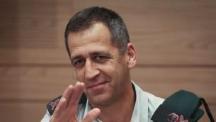 Le chef des services de renseignement d'alors, le  Maj. Gen. Aviv Kochavi lors d'une réunion de la commission à la Knesset le 25 février 2014. (Crédit : Hadas Parush/Flash90)