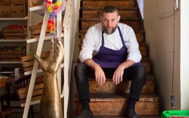 Assaf Granit, l'un des trois propriétaires et fondateurs du célèbre restaurant Machneyuda de Jérusalem. (Crédit :  Machneyuda)