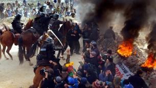 Affrontements entre la police et des manifestants à l'avant-poste d'Amona en 2006. (Crédit : Yossi Zamir/Flash90)