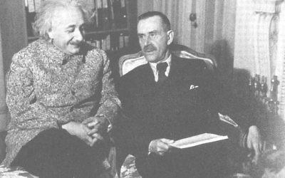 Thomas Mann et Albert Einstein à Princeton, en 1938. (Crédit : Domaine public/WikiCommons)