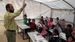 Des élèves palestiniens à proximité de la ville d'Hébron, en Cisjordanie, en janvier 2010 (Crédit photo : Najeh Hashlamoun/Flash 90)