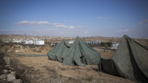 Des tentes dressés à proximité des mobil-homes dans l'avant-poste israélien non-autorisé d'Amona, en Cisjordanie, le 17 novembre 2016. (Crédit : Miriam Alster/Flash90)