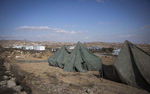 Des tentes dressées à proximité des mobil-homes dans l'avant-poste israélien non-autorisé d'Amona, en Cisjordanie, le 17 novembre 2016. (Crédit : Miriam Alster/Flash90)