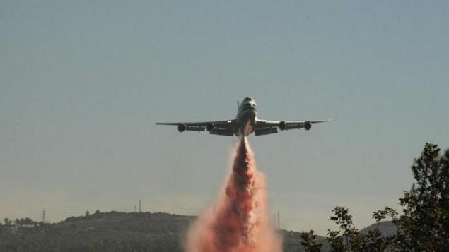 Le Boeing 747 Supertanker pendant les incendies du Carmel en 2010. (Crédit : ShacharLA /CC BY-SA 3.0/Wikipedia)