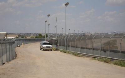 Une clôture le long de la frontière entre les Etats-Unis et le Mexique. Illustration. (Crédit : WikiCommons)