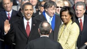 Barack Obama prête serment devant le juge en chef John G. Roberts Jr. au Capitole, le 20 janvier 2009 (Crédit : domaine public)
