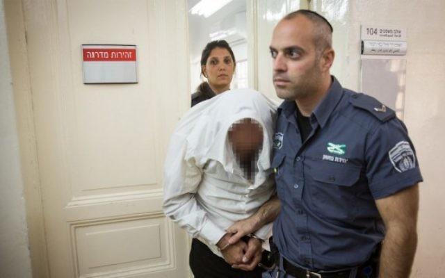 Un homme ultra-orthodoxe est emmené devant la cour, le 2 novembre 2016,  après avoir été accusé d'avoir drogué et violé sa fille. (Crédits : Hadas Parush/Flash90)