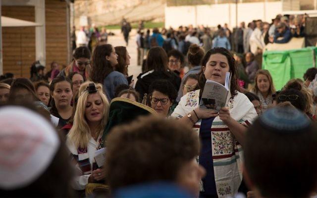 Des femmes prient au mur Occidental, à Jérusalem, le 2 novembre 2016. (Crédit : Luke Tress/Times of Israel)