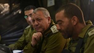 Le chef d'Etat-major Gadi Eizenkot, au centre, pendant un exercice militaire sur le plateau du Golan, le 25 août 2016. (Crédit : unité des porte-paroles de  l'armée israélienne)