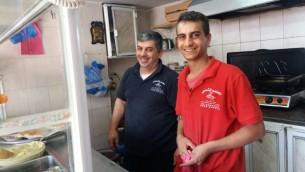 Abu Anas et son fils Muhammad dans leur restaurant de Ramallah, le 9 novembre 2016. (Crédit : Dov Lieber/Times of Israël)