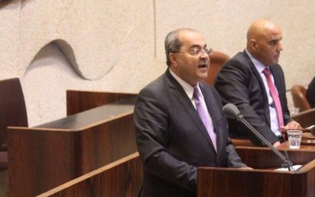 Ahmad Tibi, député de la Liste arabe unie, chante l'appel à la prière musulmane sur l'estrade de la Knesset, le 14 novembre 2016. (Crédit : Liste arabe unie)