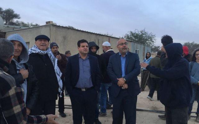 Les membres de la Liste arabe unie qui ont passé la nuit dans le village bédouin d'Umm al-Hiran pour empêcher sa démolition, le 22 novembre 2016. (Crédit : porte-parole de la Liste arabe unie)