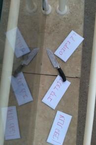 Les menaces de mort et un couteau retrouvés à l'extérieur de la synagogue réformée Kehilat Raanan à Ra'anana, le 24 novembre 2016 (Crédit : Yossi Cohen)