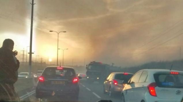 Les flammes de l'incendie près du carrefour Shilat, sur la route 443, près de Modiin, le 24 novembre 2016. (Crédit : Raoul Wootliff/ Times of Israel)