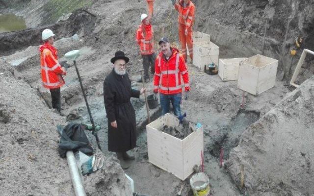 Le grand rabbin néerlandais Binyomin Jacobs supervise l'extraction des restes humains de l'ancien cimetière juif de Winschoten aux Pays-Bas le 6 novembre 2016. (Crédit : autorisation Rabbin Binyomin Jacobs via JTA)