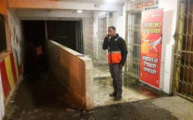 Un membre du personnel du Magen David Adom dans l'immeuble de cinq étages où une panne électrique a causé un incendie, le 26 novembre 2016 (Crédit : Magen David Adom)
