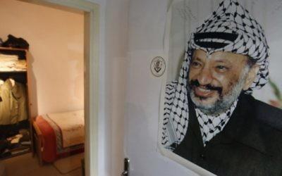 Portrait de l'ancien dirigeant palestinien Yasser Arafat, accroché à la porte d'une reconstitution du lieu où il a vécu ses dernières années, au nouveau musée Arafat de Ramallah, en Cisjordanie, le 9 novembre 2016. (Crédits : Abbas Momani/AFP)
